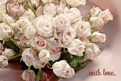 Bouquet des roses roses sensibles avec la petite inscription Photographie stock