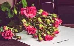 Bouquet des roses roses sur une feuille de papier Image libre de droits