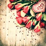 Bouquet des roses rouges avec le coeur décoratif Conce de St Valentine Image stock