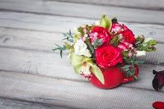 Bouquet des roses rouges dans le vase, coeurs, callas sur la table, l'espace pour le texte Photos libres de droits