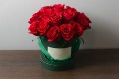 Bouquet des roses rouges dans une boîte sur la table en bois Copiez l'espace Blanc pour le texte Images libres de droits