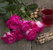 Bouquet des roses rouges, de la boisson et des biscuits dans une gerbe, une vie immobile Image libre de droits