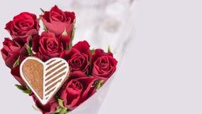 Bouquet des roses rouges et de l'amoureux pour la bonne chance Image libre de droits