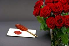 Bouquet des roses rouges et de la lettre d'amour sur le noir Images libres de droits