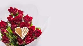 Bouquet des roses rouges et du coeur décoratif pour la bonne chance Image libre de droits