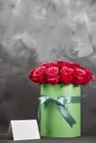 Bouquet des roses rouges sensibles dans le boîte-cadeau vert sur le fond rustique gris-foncé Décor à la maison Images stock