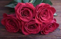 Bouquet des roses sur la vieille table en bois rustique Images stock