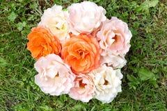 Bouquet des roses sur une herbe verte, configuration plate Photos stock
