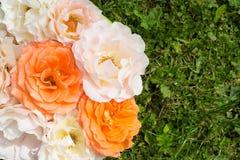 Bouquet des roses sur une herbe verte, configuration plate Images libres de droits