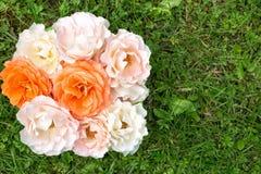 Bouquet des roses sur une herbe verte, configuration plate Photographie stock