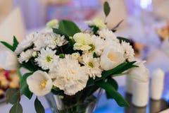 Bouquet des supports de fleurs blanches délicieux sur la table Images stock