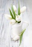 Bouquet des tulipes blanches au-dessus de la table en bois blanche Photo libre de droits