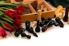 Bouquet des tulipes, des coeurs de chocolat et des échecs rouges Images libres de droits