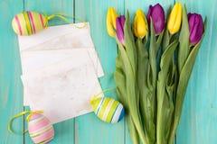 Bouquet des tulipes colorées pour Pâques photographie stock libre de droits