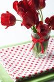Bouquet des tulipes et d'une nappe de point de polka Photo stock