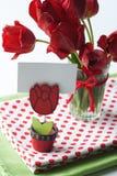 Bouquet des tulipes et d'une nappe de point de polka Images libres de droits