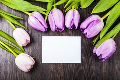 Bouquet des tulipes et de la carte Photographie stock libre de droits