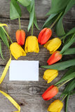 Bouquet des tulipes et de la carte jaunes et rouges Photos stock