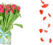Bouquet des tulipes et de la pluie de coeur Photos stock