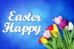 Bouquet des tulipes et des mots Joyeuses Pâques Photo stock