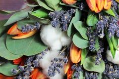 Bouquet des tulipes, eucalyptus, lavande photos stock