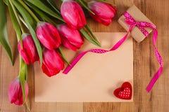 Bouquet des tulipes fraîches, lettre d'amour, cadeau et coeur, décoration pour des valentines Images stock