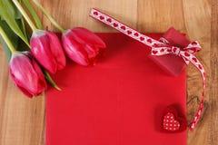 Bouquet des tulipes fraîches, lettre d'amour, cadeau et coeur, décoration pour des valentines, l'espace de copie pour le texte Photo stock