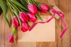 Bouquet des tulipes fraîches, lettre d'amour et cadeau, décoration pour des valentines Image stock