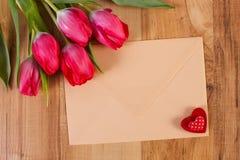 Bouquet des tulipes fraîches, lettre d'amour et coeur, décoration pour des valentines Photos libres de droits