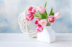 Bouquet des tulipes roses fraîches dans le vase sur le fond de bleu de ciel Concept pour la Saint-Valentin, mariage, fiançailles, photographie stock libre de droits