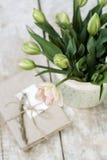 Bouquet des tulipes roses sensibles sur un carnet en bois de fond et de vintage pour des disques Photographie stock
