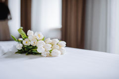 Bouquet des tulipes sur le lit blanc images stock