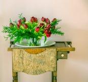 Bouquet des tulipes sur un meuble antique photo stock