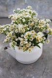 Bouquet des wildflowers dans une théière de vintage image stock