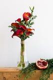 Bouquet des zantedeschias rouges dans un vase en verre Photos stock