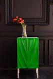 Bouquet des zantedeschias rouges dans un vase en verre avec une grenade et un eucalyptus Photographie stock libre de droits