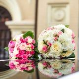 Bouquet deux l'épousant des roses sur la surface de miroir Photos libres de droits