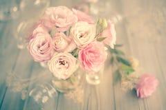 Bouquet doux de vintage de belles fleurs roses images libres de droits