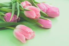 Bouquet doux des tulipes roses fraîches sur le fond vert clair avec l'espace de copie Photo stock