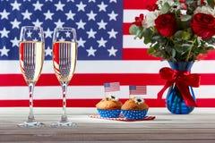 Bouquet, drapeau américain et deux verres de champagne Image libre de droits
