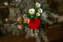 Bouquet du sapin argenté et du flowersde branchesavec la boîte rouge Image stock