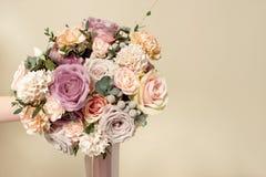Bouquet en gros plan des fleurs sur la table blanche ronde ? l'int?rieur photographie stock libre de droits