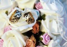 Bouquet et anneau de mariage Photo stock