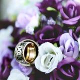 Bouquet et anneau de mariage Photographie stock libre de droits