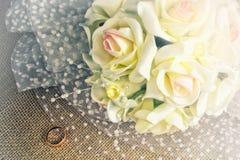 Bouquet et anneau de mariage de la jeune mariée sur la toile de jute Photographie stock libre de droits
