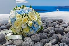 Bouquet et anneaux de mariage sur des pierres Photo stock