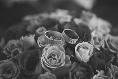 Bouquet et anneaux de Rose Photographie stock libre de droits