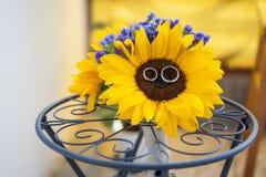 Bouquet et anneaux nuptiales de tournesol Photos libres de droits