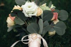 Bouquet et anneaux, vert-foncé Images libres de droits