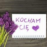 bouquet et bloc-notes avec le kocham polonais CiÄ™ de mots JE T'AIME - Photo stock